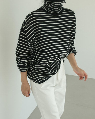 Over stripe turtle neck knit